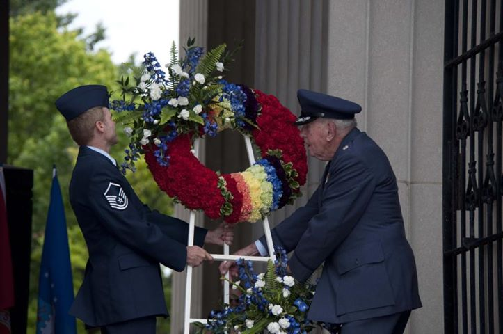 Steve and Col Lovett placing the wreath